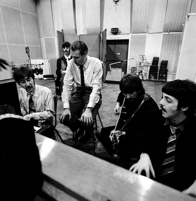 I Beatles e George Martin negli studi di Abbey Road