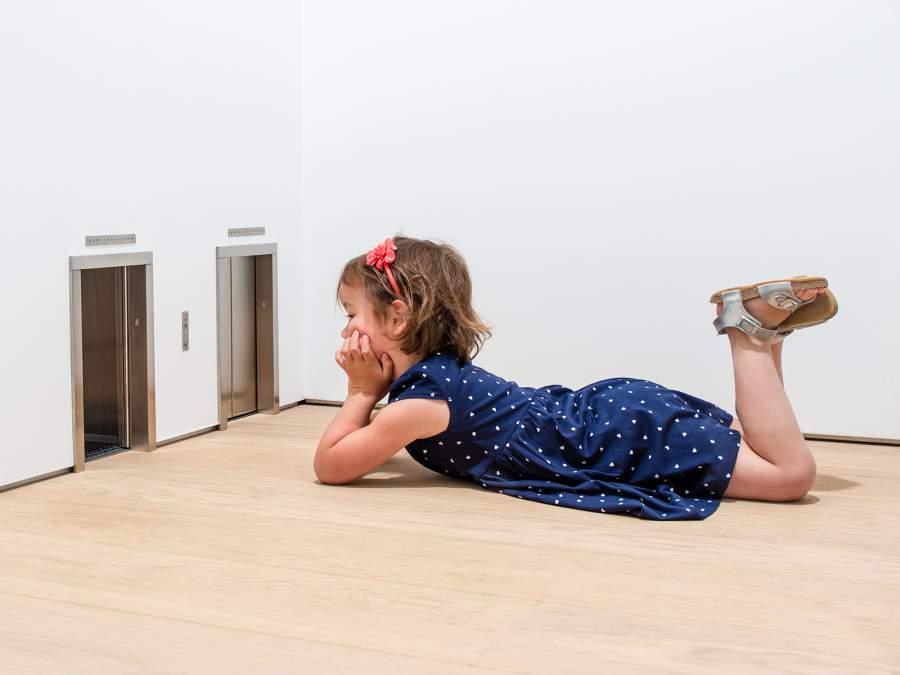 Maurizio Cattelan, «Untitled», 2001. Installation view al Museum Voorlinde. © Courtesy Maurizio Cattelan's Archive. Foto- Antoine van Kaam