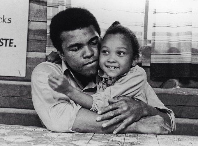 Muhammad Ali con sua figlia Maryum, 1974