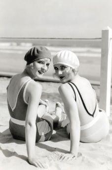 Ragazze sulla spiaggia degli anni '20