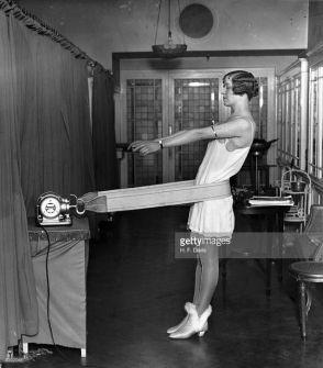 Una donna che usa una cintura vibrante per assottigliare i fianchi