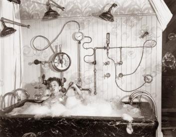 4 agosto 1949: la star del cinema Ann Blyth fa un bagno di bolle con un assortimento di dispositivi di riscaldamento dell'acqua e pressurizzazione