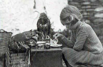 Anna e la sua famiglia vivevano soli su un'isola. Le piaceva avere l'ora del tè con la sua aragosta spinosa e il piccolo falco, 1938