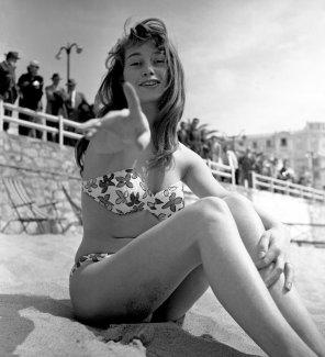 Bridget Bardot sulla spiaggia di Cannes, Francia, 1953