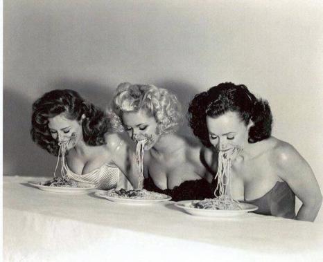 Contest di mangiata spaghetti per pin-up