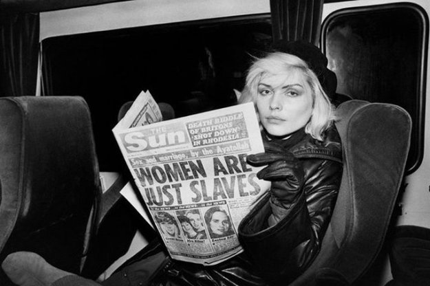 Debbie Harry che legge un tabloid inglese