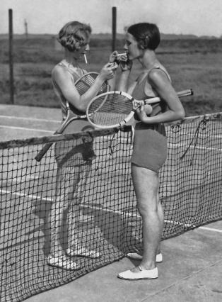 Due donne tenniste dopo la partita, anni '30