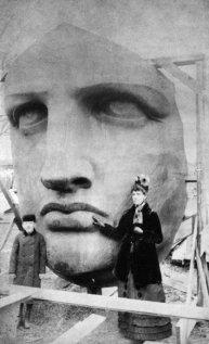 Foto con la testa della Statua della Libertà