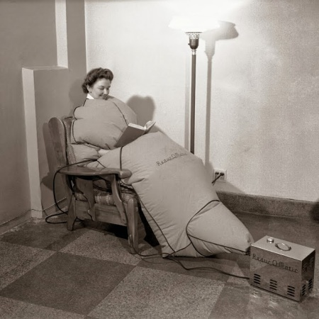 4 febbraio 1942: Gail King mostra in questa immagine la scatola del sudore portatile. Lo strumento consisteva in una grande borsa di stoffa con una cerniera frontale e una piccola pompa ad aria che riempie la borsa di calore e vapore. La macchina doveva simulare un bagno di vapore ovunque in casa e in qualsiasi posizione