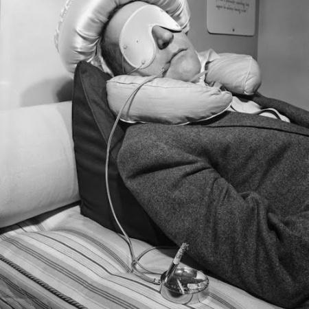 Circa 1950: invenzione presentata da Garry Moore. Il dispositivo permetteva alle persone di continuare a fumare senza il timore di bruciare le lenzuola se si addormentavano con la sigaretta accesa