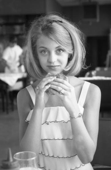 Goldie Hawn mangia un hamburger, 1964