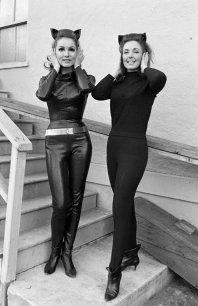 Julie Newmar con la sua controfigura in Catwoman, 1967