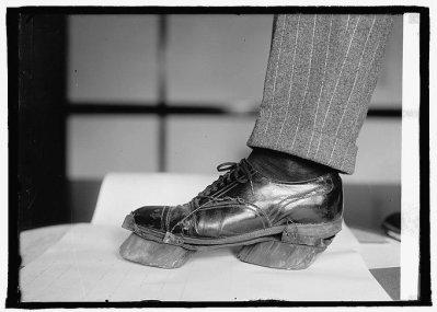 Le scarpe da mucca utilizzate dai Moonshiner nei giorni del proibizionismo per mascherare le loro impronte, 1922