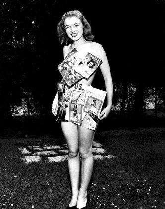 Marilyn Monroe vestita con le copertine delle sue riviste, 1946