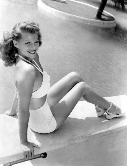 Rita Hayworth in piscina
