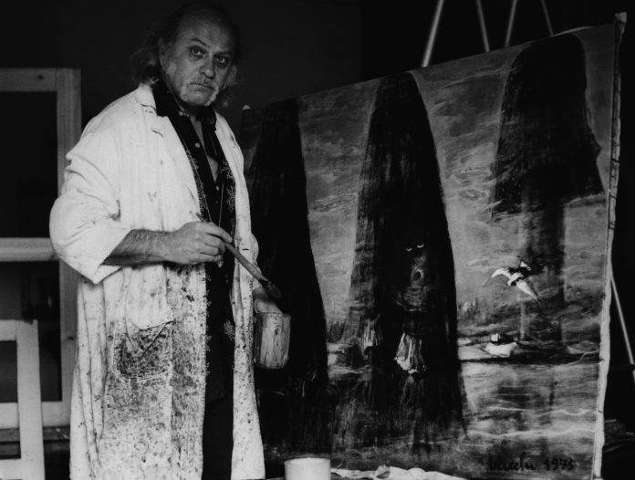 Sergio Vacchi mentre dipinge, anni '70, courtesy Fondazione Sergio Vacchi