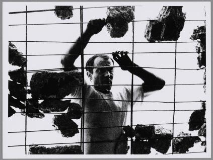 Shunk-Kender, Jean Tinguely al lavoro, luogo sconosciuto, 1960-1967 circa, Donazione della Roy Lichtenstein Foundation in memoria di Harry Shunk e Janos Kender, Foto: Shunk-Kender © J. Paul Getty Trust. Tutti i diritti riservati