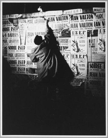 Shunk-Kender, Mimmo Rotella, Parigi, 1962, Donazione della Roy Lichtenstein Foundation in memoria di Harry Shunk e Janos Kender, Foto: Shunk-Kender © J. Paul Getty Trust. Tutti i diritti riservati