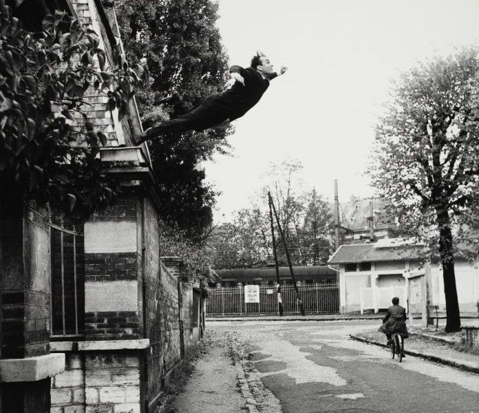 Shunk-Kender, Yves Klein, Salto nel vuoto, 19 ottobre 1960, (fotomontaggio), Donazione della Roy Lichtenstein Foundation in memoria di Harry Shunk e Janos Kender, Foto: Shunk-Kender © J. Paul Getty Trust. Tutti i diritti riservati