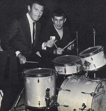 Adam West (Batman) e Leonard Nimoy (Spock) si divertono a suonare una batteria