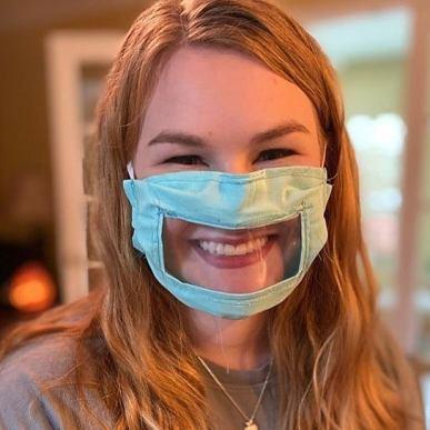 Ashley Lawrence ha creato una maschera trasparente per la comunità dei non udenti, modificando il tradizionale design della maschera in tessuto per essere adatto a coloro che leggono le labbra o che si affidano alle espressioni facciali.