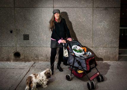 Carolyn Ratcliffe, settantasette, consulente di un'associazione senza scopo di lucro. Trader Joe's, Union Square. Fotografia di Dina Litovsky