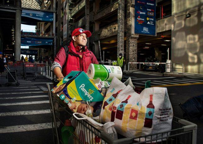 Dani Daniel, quarantacinque anni, cucina. Costco, East Harlem. Fotografia di Dina Litovsky