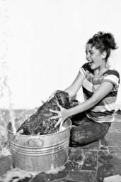 Elizabeth Taylor fa il bagno al suo cane, 1950