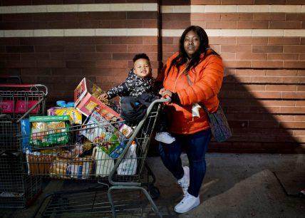 Jasmine Smith, ventidue anni, mamma casalinga, e Ameer Smith-Stone, un anno. BJ's Wholesale, East New York. Fotografia di Dina Litovsky