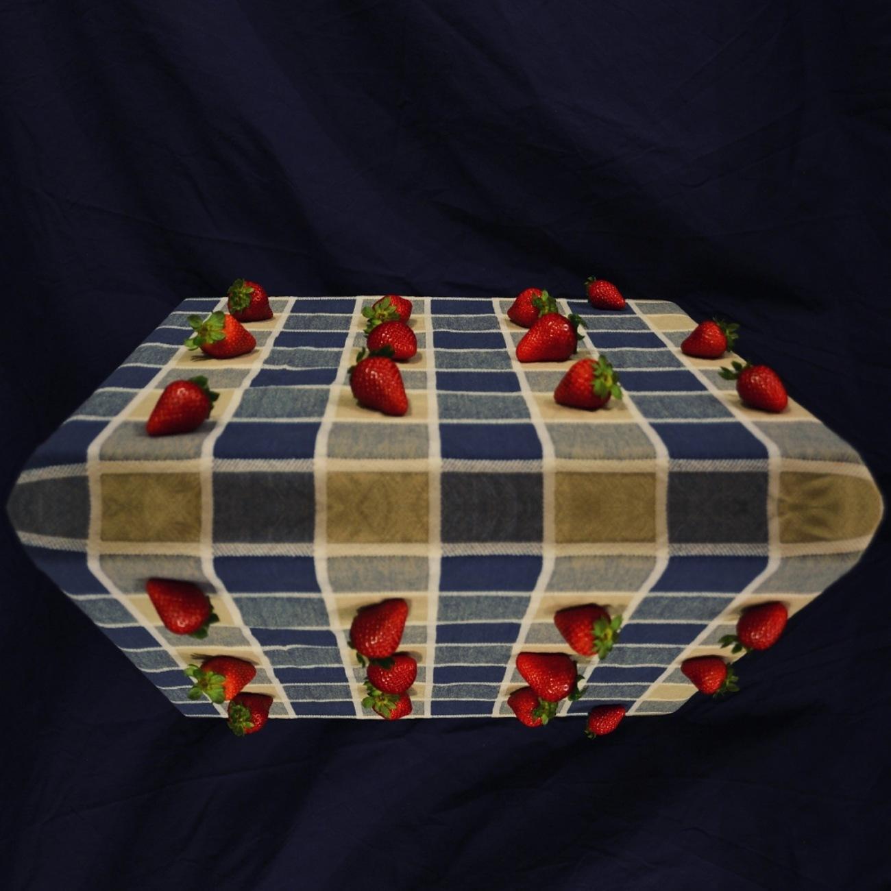 (Photocollage) Natura sola - Il distanziamento sociale delle fragole. Fotografia e manipolazione digitale di Barbara Picci