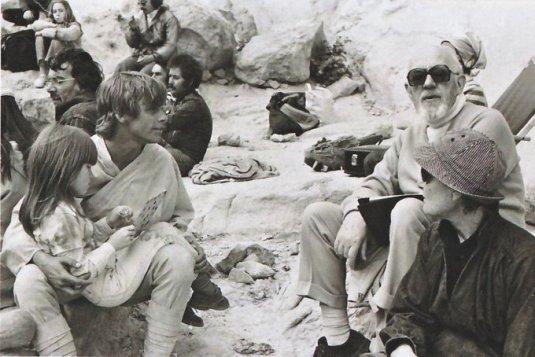 Sir Alec Guinness con Mark Hamill nel deserto durante le riprese di Star Wars