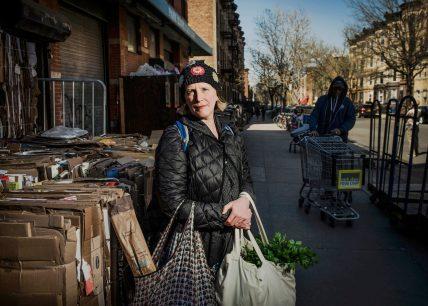 Susan Homer, cinquantacinque anni, artista e montatrice d'arte. Park Slope Food Co-Op, Brooklyn. Fotografia di Dina Litovsky