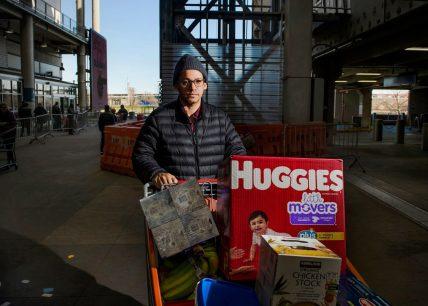 Watson Ventura, quarantatré anni, shopper Instacart. Costco, East Harlem. Fotografia di Dina Litovsky