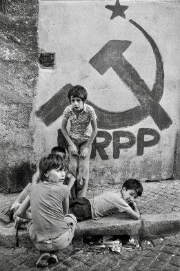 Bambini giocano in strada (Lisbona, 1975). Fotografia di Alfredo Cunha