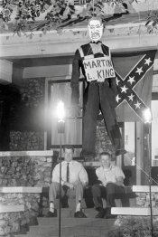 I segregazionisti Edward R. Fields e James Murray appendono una bambola che rappresenta Martin Luther King (1963). Fotografia della Library of Congress