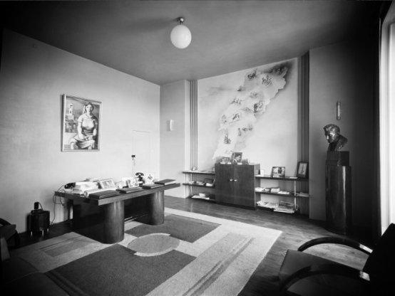 """L'ufficio di António Ferro, in via São Pedro de Alcântara (Lisbona, tra il 1933 e il 1947). António Ferro era giornalista, scrittore e politico. Era anche il principale ideologo del dispositivo culturale """"politica dello spirito"""". Foto dello studio di Mário Novais, in BAFCG."""