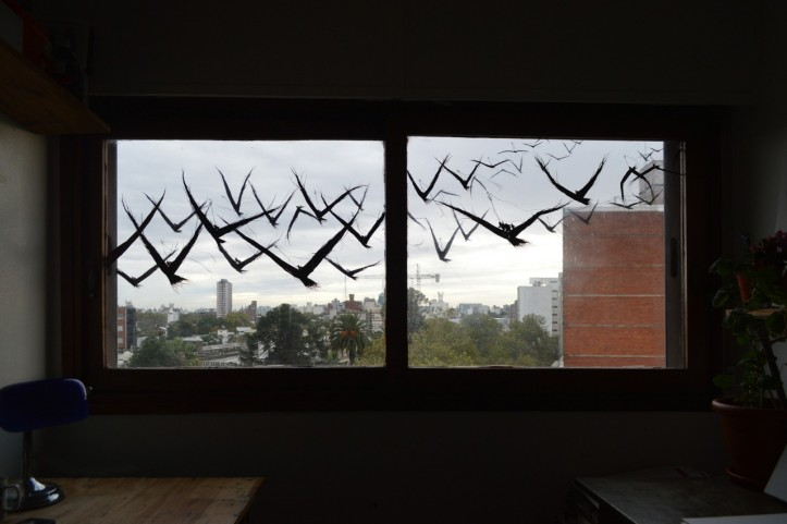 """""""New Horizons"""" (2020), inchiostro cinese su finestra e persiana di una casa a Montevideo, di David de la Mano"""
