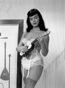 Betty Page suona un Ukulele