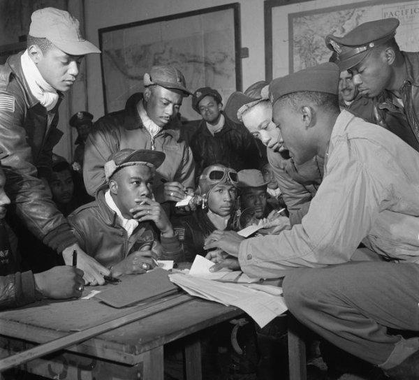 Diversi piloti del 332° Tuskegee Airmen Fighter Group, a Ramitelli (Italia, marzo 1945) Gli aviatori di Tuskegee costituirono la prima unità afroamericana di piloti di caccia nelle forze armate americane. Fotografia di Toni Frissell, tratta dalla Biblioteca del Congresso