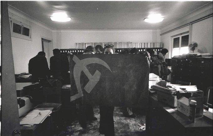 Donna che mostra una bandiera comunista presso la sede dell'allora defunto PIDE-DGS (29 aprile 1974)