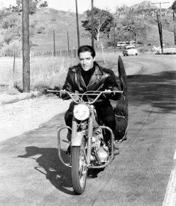 Elvis Presley in sella a una moto, 196