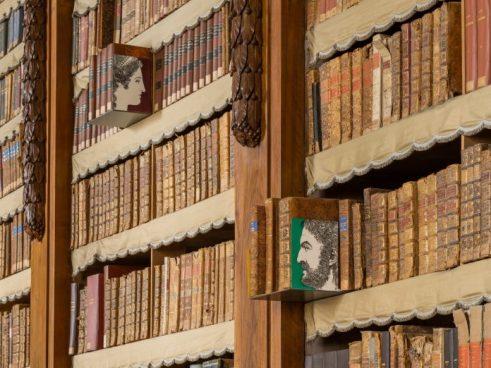 Fornasetti Theatrum Mundi. Allestimento nella Galleria Petitot della Biblioteca Palatina, Complesso Monumentale della Pilotta. Fotografia di Cosimo Filippini