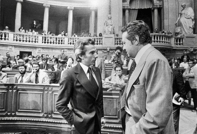 Francisco Sá Carneiro e Mário Soares che parlano con l'Assemblea della Repubblica (Lisbona, 1976) È possibile vedere anche Lucas Pires, Rui Pena, Freitas do Amaral e Narana Coissoró nella prima fila del CDS (da sinistra a destra). Fotografia di Rui Ochôa