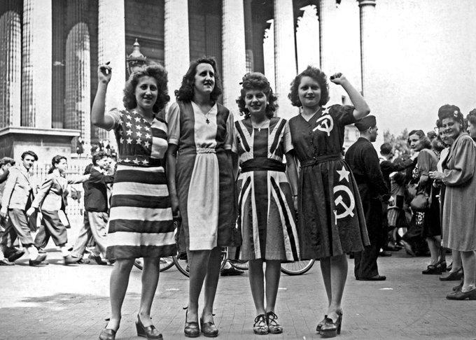 Gruppo di donne che celebrano la resa della Germania nazista, indossando abiti per rappresentare le bandiere dei poteri alleati. (Parigi, 8 maggio 1945)