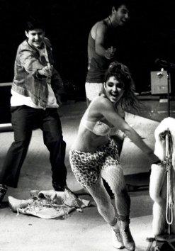 I Beastie Boys inseguono Madonna sul palco con pistole ad acqua, 1985