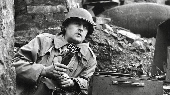 Il reporter della BBC Richard Dimbleby che documenta l'invasione della Normandia (Francia, 6 giugno 1944) Il primo corrispondente di guerra della BBC era presente anche nella liberazione del campo di concentramento di Bergen-Belsen.