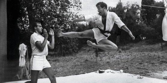 Juan Carlos di Spagna (a sinistra) e re Costantino II di Grecia (a destra) si sfidano ad arti marziali (Grecia, 1966). Fotografia di David Lees