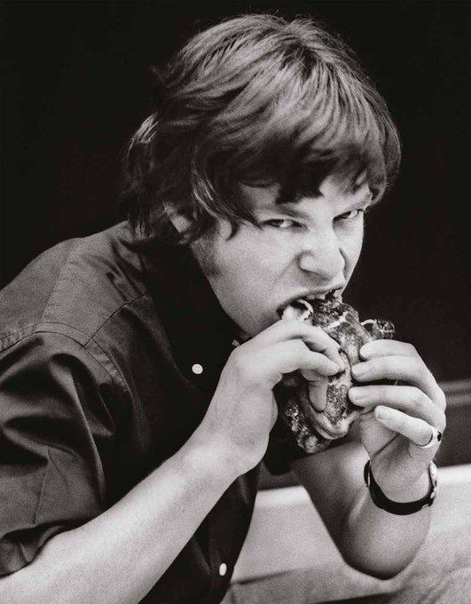 Mick Jagger mangia un panino