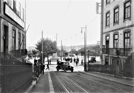 La piazza Duca di Terceira, a Cais do Sodré, vista dall'inizio della salita di Rua do Alecrim (Lisbona, s.d.) Fotografia di Paulo Guedes