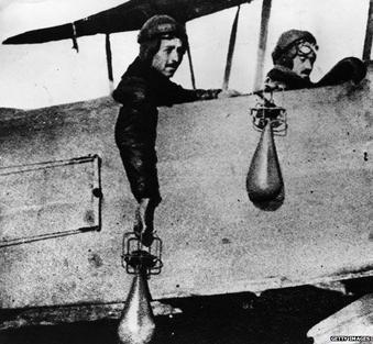 Piloti lanciano bombe a mano durante la prima guerra mondiale